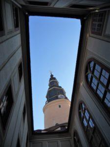 Der Schlosshof bzw. Kirchhof bzw. ursprüngliche Burghof. Mit Blick auf den Schlossturm ist dies der zentrale Hof der Kernburg. Durch die ganzen Umbauten liegt das Niveau inzwischen allerdings 96 cm höher. Diese ganzen Umbauten und Raumverschiebungen sind ziemlich verwirrend.