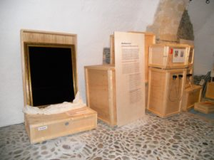 Während des Zweiten Weltkrieges war das Schloss Weesenstein der Hauptauslagerungsort für nahezu alle Kunstschätze aus Dresden. Die Kunstwerke blieben von Kriegsschäden verschont, wurden allerdings im Mai 1945 in die Sowjetunion transportiert. Im Verlauf der 1950er Jahre kehrten die meisten Kunstwerke nach Dresden zurück. (Hier gibt's auch noch mal ein gestalterisches Lob an die Kurator*innen dieses Teils der Schlossgeschichte.)