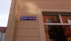 Neben den Fleischbänken befanden sich auch noch andere Spezialmärkte in der Nähe des Rathauses. Vom Buttermarkt zeugt heute nur noch ein Straßenname.