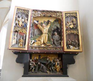 Die ausgestellten Altäre sind wirklich künstlerische Stücke. Bei gotischer Skulptur bin ich ja einiges an Elend gewohnt, was den Erhaltungszustand angeht, aber diese Altäre sind sehr gut erhalten bzw. auch sehr gut restauriert worden. Hier zu sehen ist der Franziskusaltar.