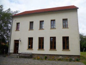 Die Alte Dorfschule erfüllte ihre pädagogische Aufgabe von 1868 bis 1968. Seit dem Jahr 2002 dient sie als Museum.