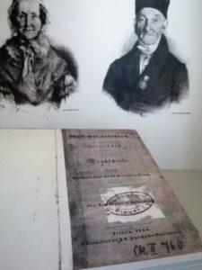 Eine Kopie des Berichtes der Auguste Vater und ihre Eltern im Hintergrund