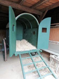 Im Außenbereich des Schulgebäudes befindet sich in der alten Scheune ein nachgebauter Transportwagen für Verwundete.