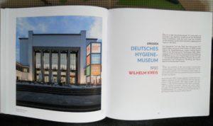 Das aufgeklappte Buch mit dem Beitrag über das Deutschen Hygienemuseum