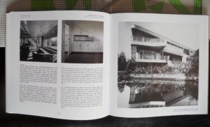 Das aufgeklappte Buch mit dem Beitrag über das Haus Schminke in Löbau