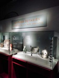 """Ausstellungsobjekte in der Abteilung """"Mythos Ostasien"""""""